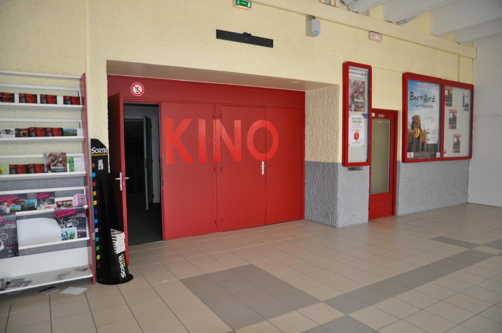 l'entrée du kino ciné avec des portes rouges