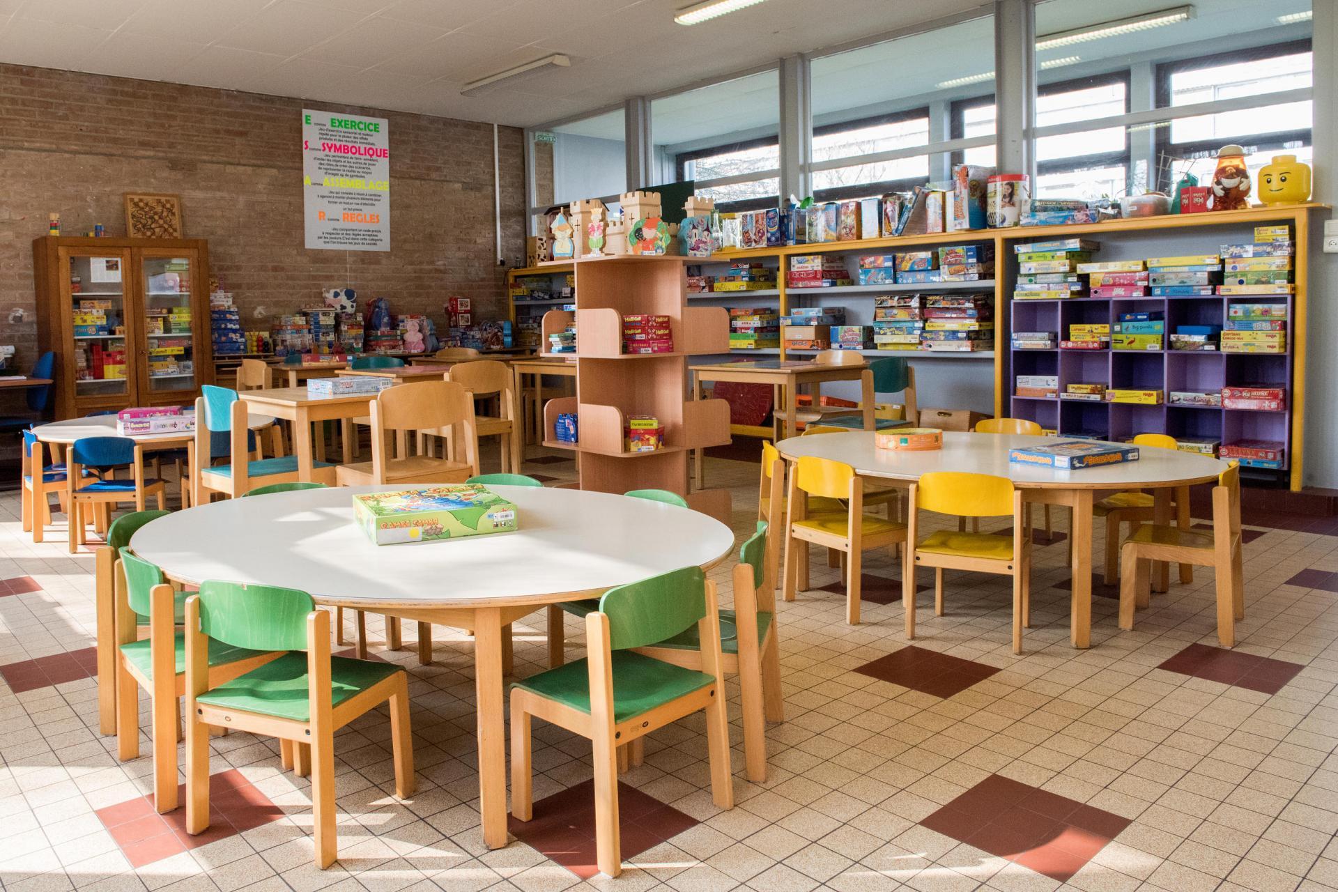 Intérieur de la salle de jeux clé de sol avec tables et chaises