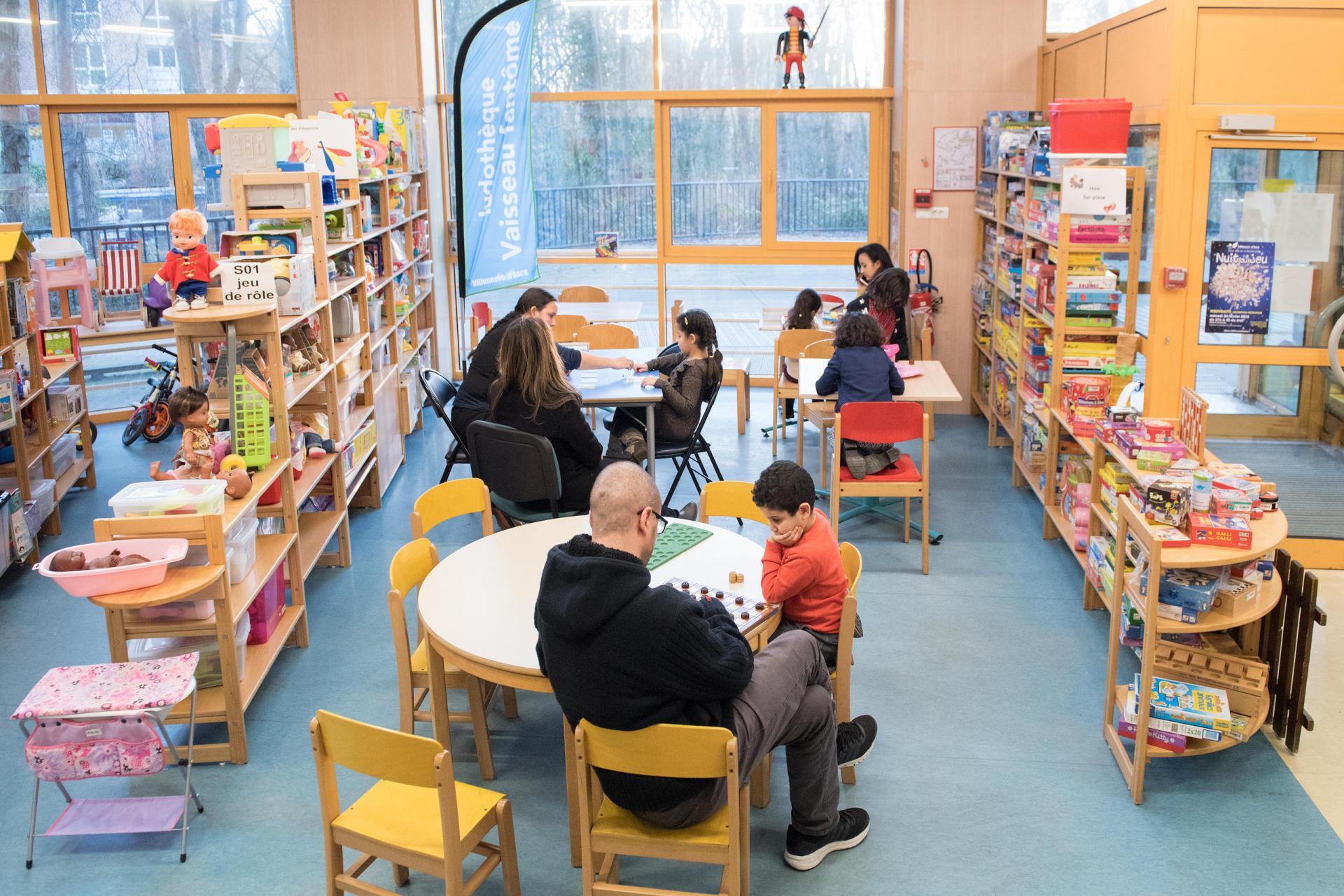 Enfants et parents jouent à des jeux.